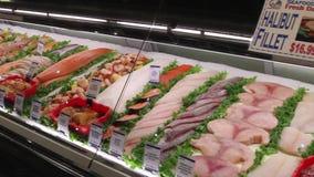 Affichages de nourriture fraîche sur un marché (1 de 6) clips vidéos