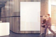 Affiche énorme dans un lobby en bois de bureau, les gens Photographie stock