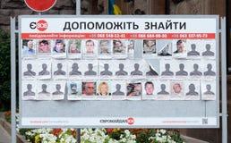 Affiche avec des photos des personnes disparues, place de Maydan, Kiev Image stock