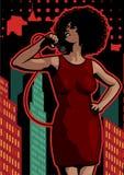 Affiche avec la grande ville de nuit de lumières, le rétro chanteur de femme et la lune Robe rouge sur la femme Rétro microphone  Image stock