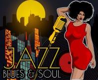 Affiche avec la grande ville de nuit de lumières, le rétro chanteur de femme et la lune Robe rouge sur la femme Rétro microphone  Image libre de droits