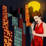 Affiche avec la grande ville de nuit de lumières, le rétro chanteur de femme et la lune Robe rouge sur la femme Rétro microphone  Images stock