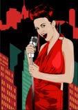 Affiche avec la grande ville de nuit de lumières, le rétro chanteur de femme et la lune Robe rouge sur la femme Rétro microphone  Photos stock