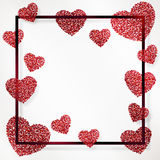 Affiche avec le coeur des confettis rouges, des étincelles, du scintillement d'or et de marquer avec des lettres le jour de valen Image stock