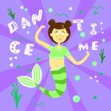 Affiche avec une sirène de bande dessinée avec une queue verte et un T-shirt rayé Sirène de fille avec les cheveux foncés sur un  illustration stock