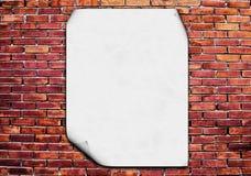 Affiche blanc sur le mur de briques Photos libres de droits