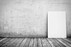 Affiche blanche sur le plancher de mur en béton et en bois Photo stock