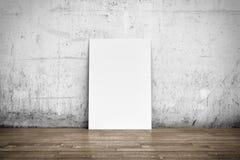 Affiche blanche sur le plancher de mur en béton et en bois Photographie stock libre de droits