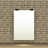 Affiche blanche vide accrochant sur le mur de briques illustration libre de droits