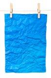 Affiche bleue de papier-un sur des pinces à linge images stock
