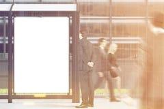 Affiche d'arrêt d'autobus, les gens, modifiés la tonalité Image stock