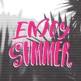 Affiche de concept de voyage rétro Appréciez l'été - lettrage manuscrit, citation de vacances d'été Photos libres de droits