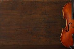 Affiche de concert de musique classique avec le violon brun de couleur sur le fond en bois antique avec l'espace de copie images libres de droits