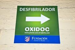 Affiche de défibrillateur chez le Vicente Calderon Image libre de droits