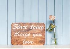 Affiche de motivation et rose de blanc Images stock