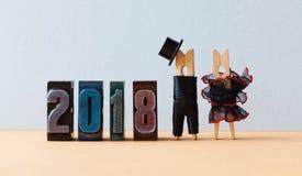 affiche de partie de la nouvelle année 2018 Toilettez le chapeau noir de costume, robe rouge noire de jeune mariée Caractères de  images libres de droits