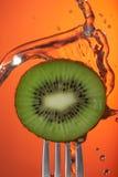 Affiche de plan rapproché de concept de l'eau de fourchette de kiwis Photo libre de droits
