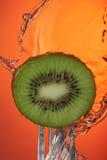 Affiche de plan rapproché de concept de l'eau de fourchette de kiwis Photographie stock libre de droits