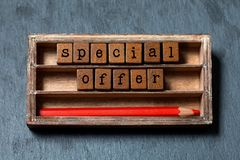 Affiche de promotion d'offre spéciale Concept de ventes de vacances Boîte de vintage, cubes en bois avec des lettres de style anc photographie stock