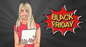 Affiche de vente de Black Friday avec la fille à l'aide de la tablette au-dessus du bruit Art Background Retro Style Banner Image libre de droits