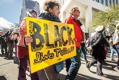 Affiche et protestateurs noirs de matière des vies en Arizona Photographie stock libre de droits