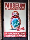 Affiche in het Museum van Communisme in Praag, Tsjechische Republiek Affiche van de zeer boze pop van Matryoshka of het nestelen Stock Fotografie