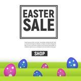 Affiche heureuse de Pâques avec la vente carrée de cadre avec l'herbe et les oeufs Photos libres de droits