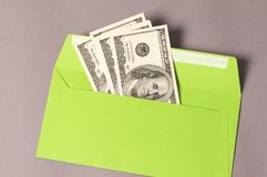 Affiche le concept Enveloppe verte avec l'argent sur le fond gris Photographie stock libre de droits