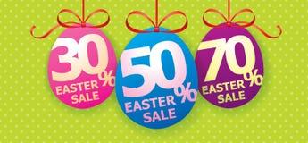 Affiche lumineuse colorée de fond de vente de Pâques avec des oeufs et le pourcentage de remise Image stock