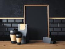 Affiche noire sur la table avec les éléments organiques vides Photographie stock libre de droits
