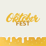 Affiche ou carte de lettrage de calligraphie écrite par main d'Octoberfest sur le fond de bière Image libre de droits