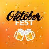 Affiche ou carte de lettrage de calligraphie écrite par main d'Octoberfest sur le fond de bière Photographie stock libre de droits