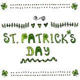 Affiche ou carte de lettrage de jour de St Patriks avec des trèfles et le style de bande dessinée de coeurs Images stock