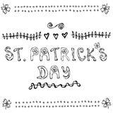Affiche ou carte de lettrage de jour de St Patriks avec des trèfles et le style de bande dessinée de coeurs contour Photo libre de droits
