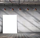 Affiche se tenant sur le plancher en bois avec le mur en béton sale Image libre de droits