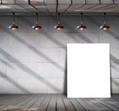 Affiche se tenant sur le plancher en bois avec le mur en béton sale Photographie stock