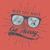 Affiche surfante de vintage pour le web design ou la copie Emblème en verre de surfer, été et signe de typographie - montez la va Image stock