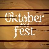 Affiche trois horizontale au festival oktoberfest Robinet de bière, baril en verre et en bois, barbecue et fille tenant la tasse  Photos stock