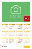 Affiche van de muur de Jaarlijkse Kalender voor het Jaar van 2017 Het vectormalplaatje van de Ontwerpdruk met Plaats voor foto De Royalty-vrije Stock Foto's