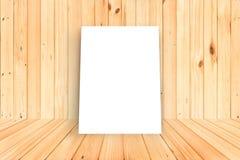 Affiche vide dans le mur en bois et la pièce en bois de plancher, calibre M Photographie stock libre de droits