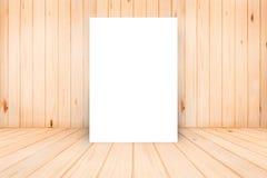 Affiche vide dans le mur en bois et la pièce en bois de plancher, calibre M Photo libre de droits