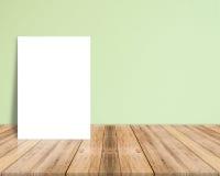 Affiche vide de livre blanc sur le plancher en bois de planche et le mur en béton Photo libre de droits
