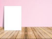 Affiche vide de livre blanc sur le plancher en bois de planche et le mur en béton Photographie stock