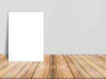 Affiche vide de livre blanc sur le plancher en bois de planche et le mur en béton Photos libres de droits