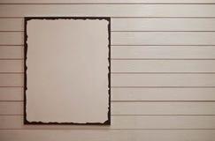 Affiche vide de publicité de l'espace de copie avec le chemin de coupure, sur le fond en bois de ton de crème légère Image stock