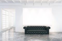 Affiche vide sur le mur dans la chambre de grenier avec le sofa en cuir noir Photographie stock
