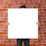 Affichemodel op rode baksteenachtergrond Stock Fotografie