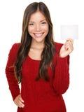 Afficher le femme présent la carte de cadeau Photographie stock libre de droits