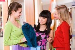 Afficher les vêtements neufs Photographie stock libre de droits