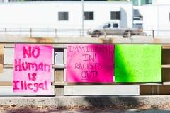 Affiches autour du centre de détention métropolitain Photo libre de droits